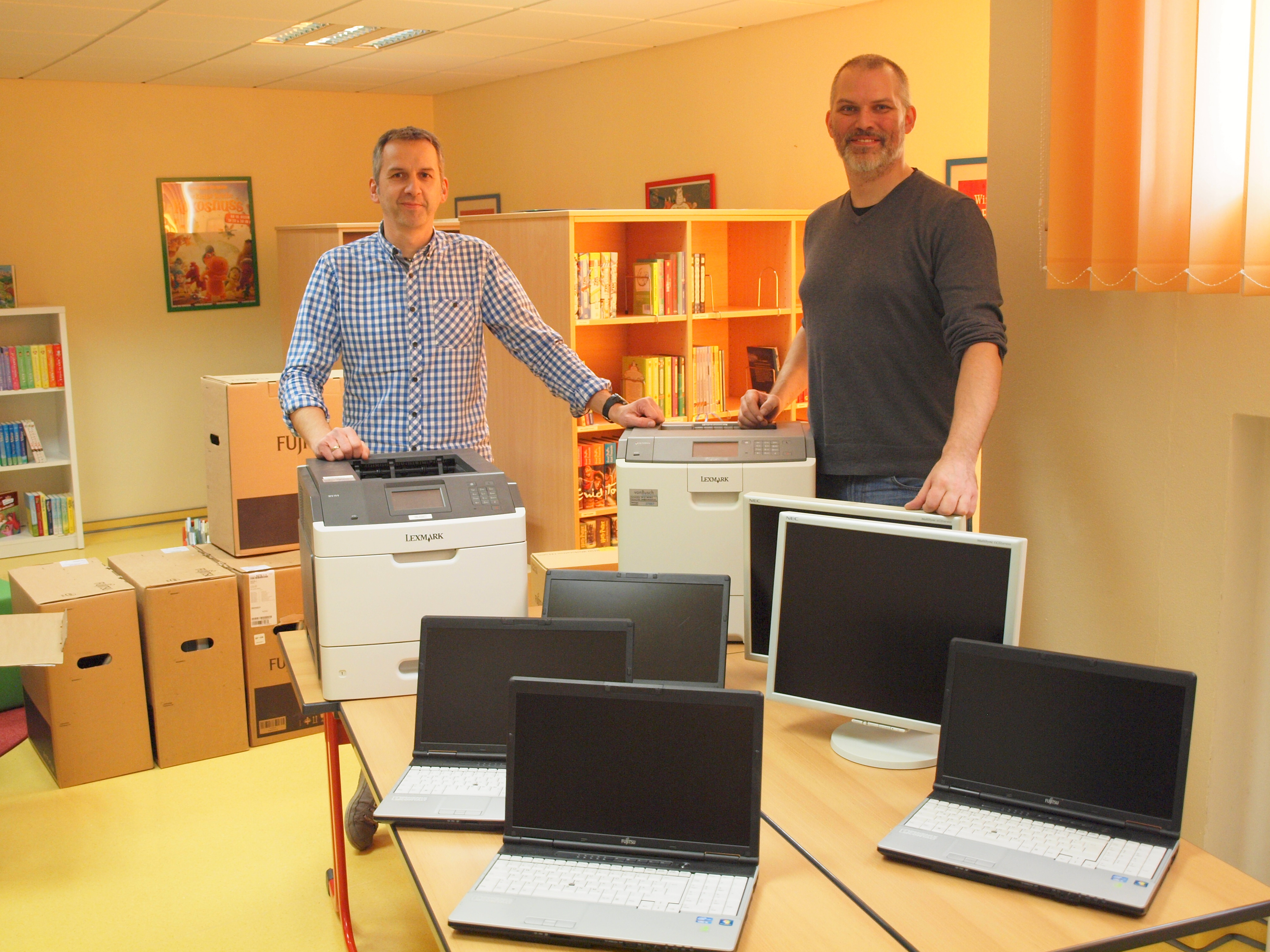 Reiner Hecker (Phoenix Contact) und Nicolay Loges (Schulleiter) bei der Übergabe
