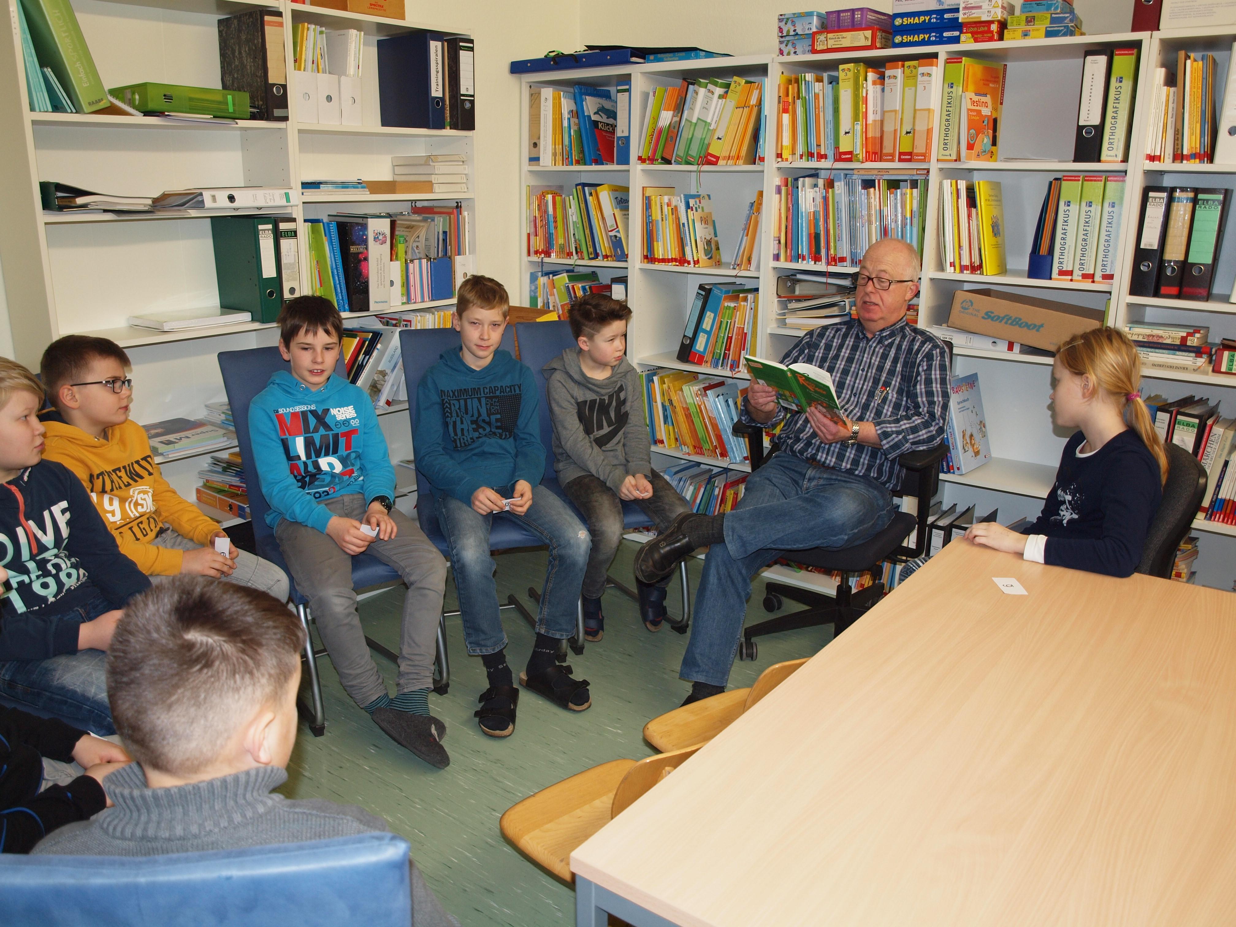 Herr Höppner liest in der Lehrerbibo