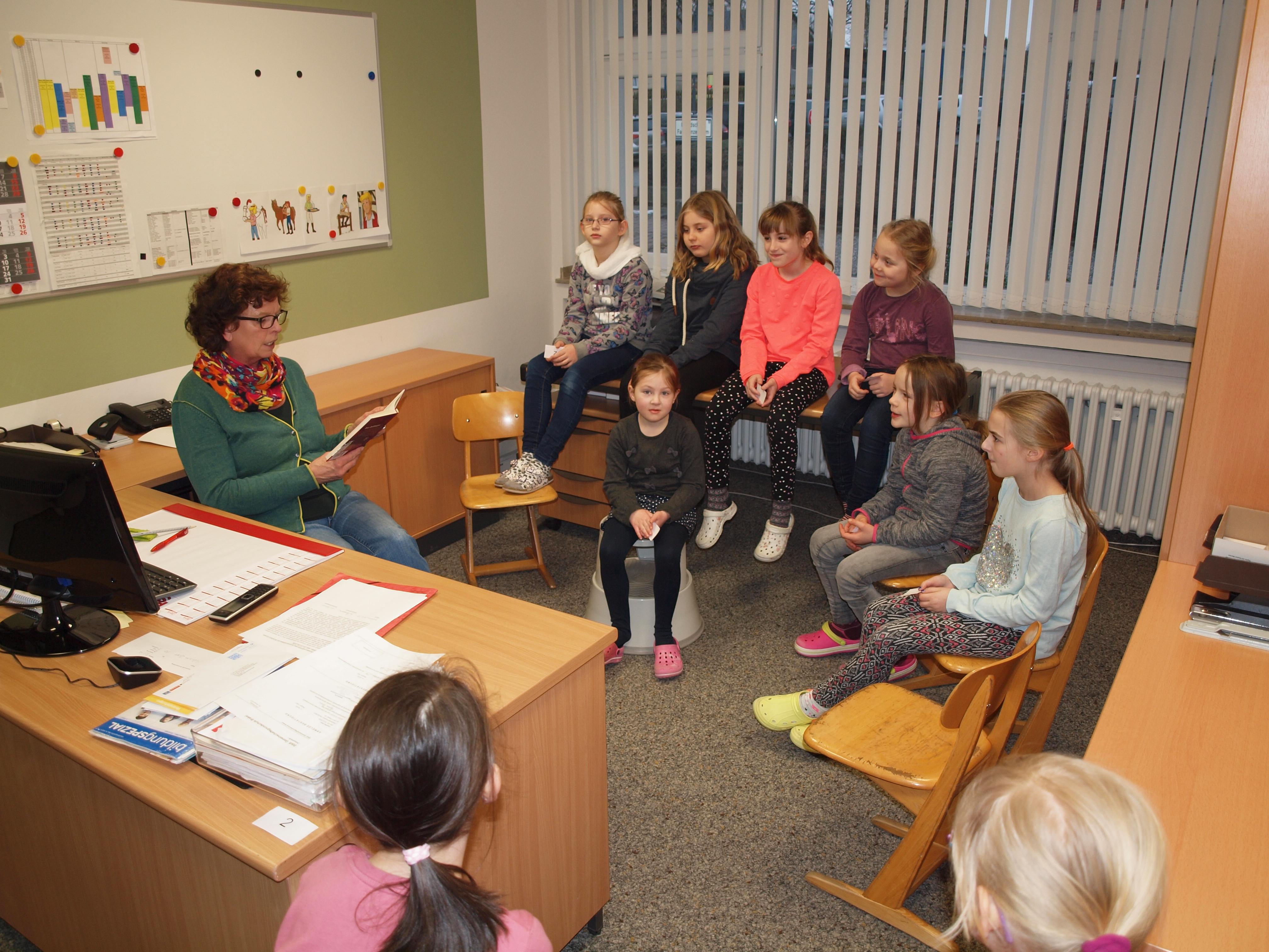 Frau Niemann liest im Sekretariat